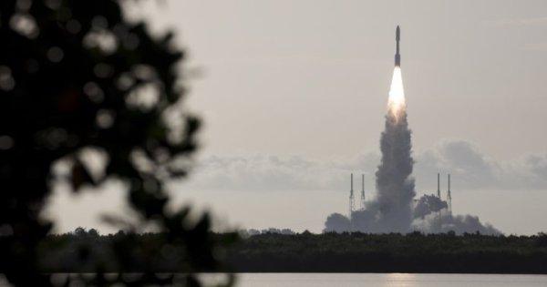 "Globalnews.ca's tweet - ""NASA launches Mars rover to look ..."