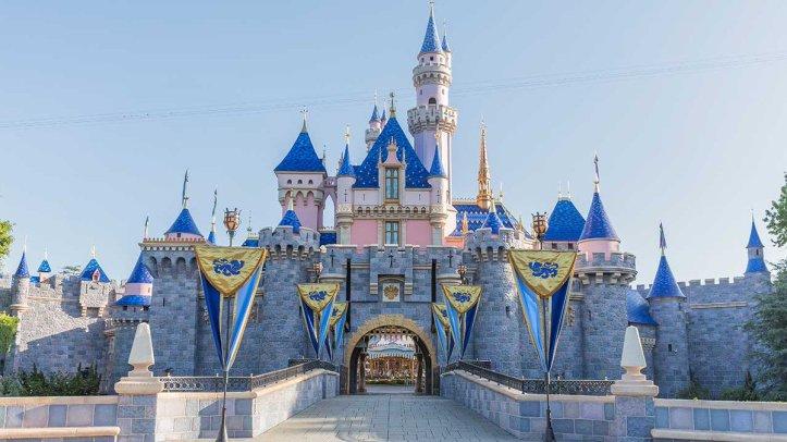 test Twitter Media - Disney confirms plans to lay off 32,000 staff https://t.co/EeTxA5OrJ3 https://t.co/Ovl0DhRFlA