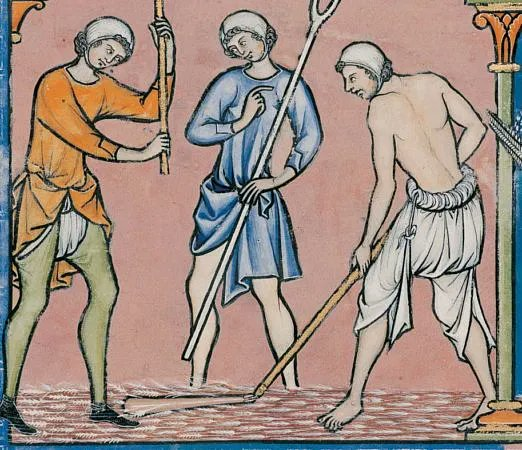 Three men sparring with weapons in varying states of dress. You can see the rolled up waist, tied with a string, on one of the wearers, as well as the long hose and loincloth style of the other. Public Domain.