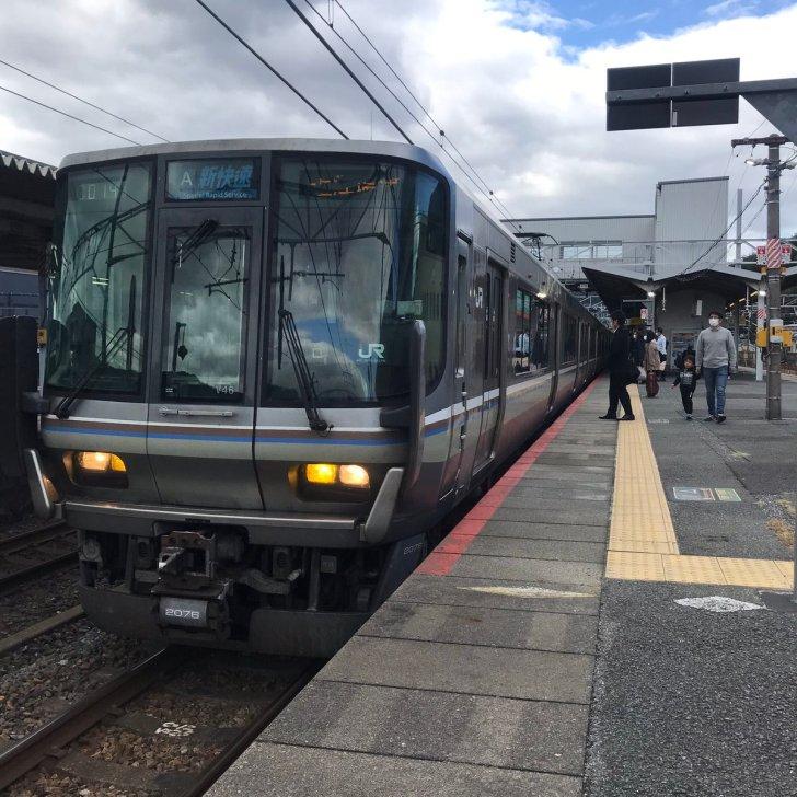 test ツイッターメディア - 山科から秋ノリホP旅に復しますよ。  先行する湖西線の遅れの影響で、少々遅れて3番のりばに入線した12:05発姫路始発 の琵琶湖線上り3448M新快速近江塩津行に乗車。  米原から北陸本線に直通し、列車番号は3248Mへ。  223系12両の近ホシV46編成+近ホシW10編成。  かなりの混雑(驚)。  #秋ノリホP旅 https://t.co/VhIezb5fno