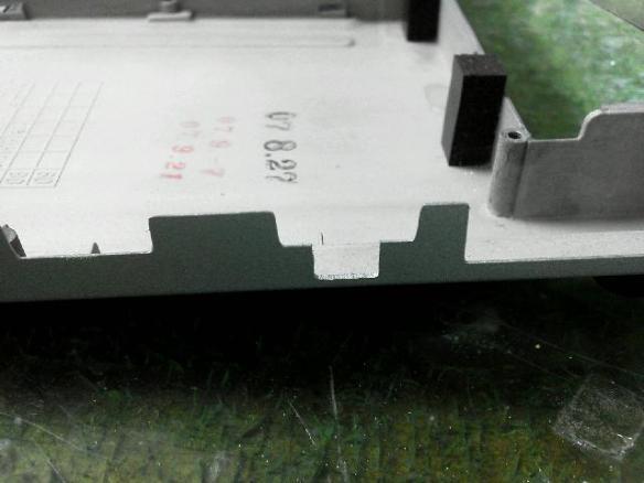CF-R6のUSBポート下部にスイッチスペースを加工