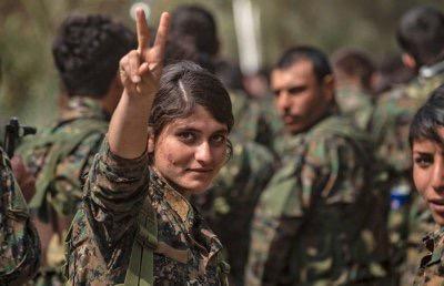 Combattante kurde partant au front