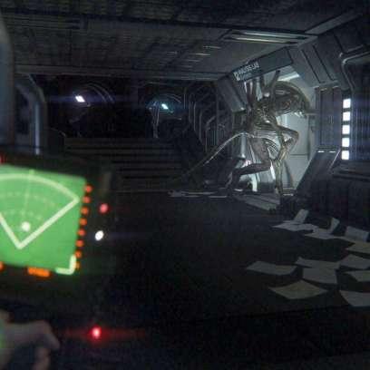 """תמונת מצב מהמשחק Alien: Isolation המציגה את אמנדה בורחת מ""""הנוסע השמיני"""""""