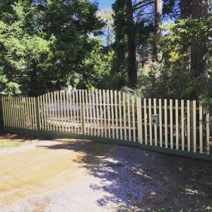 fence build with electric gates
