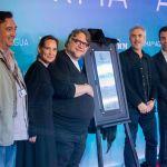 Guillermo del Toro junto a placa