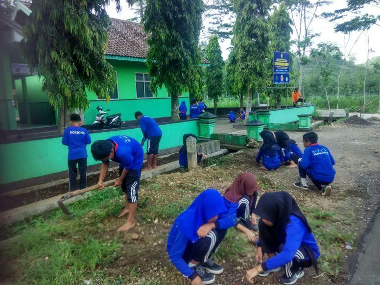 Kerja Bakti Siswa SD Muhammadiyah Bedoyo