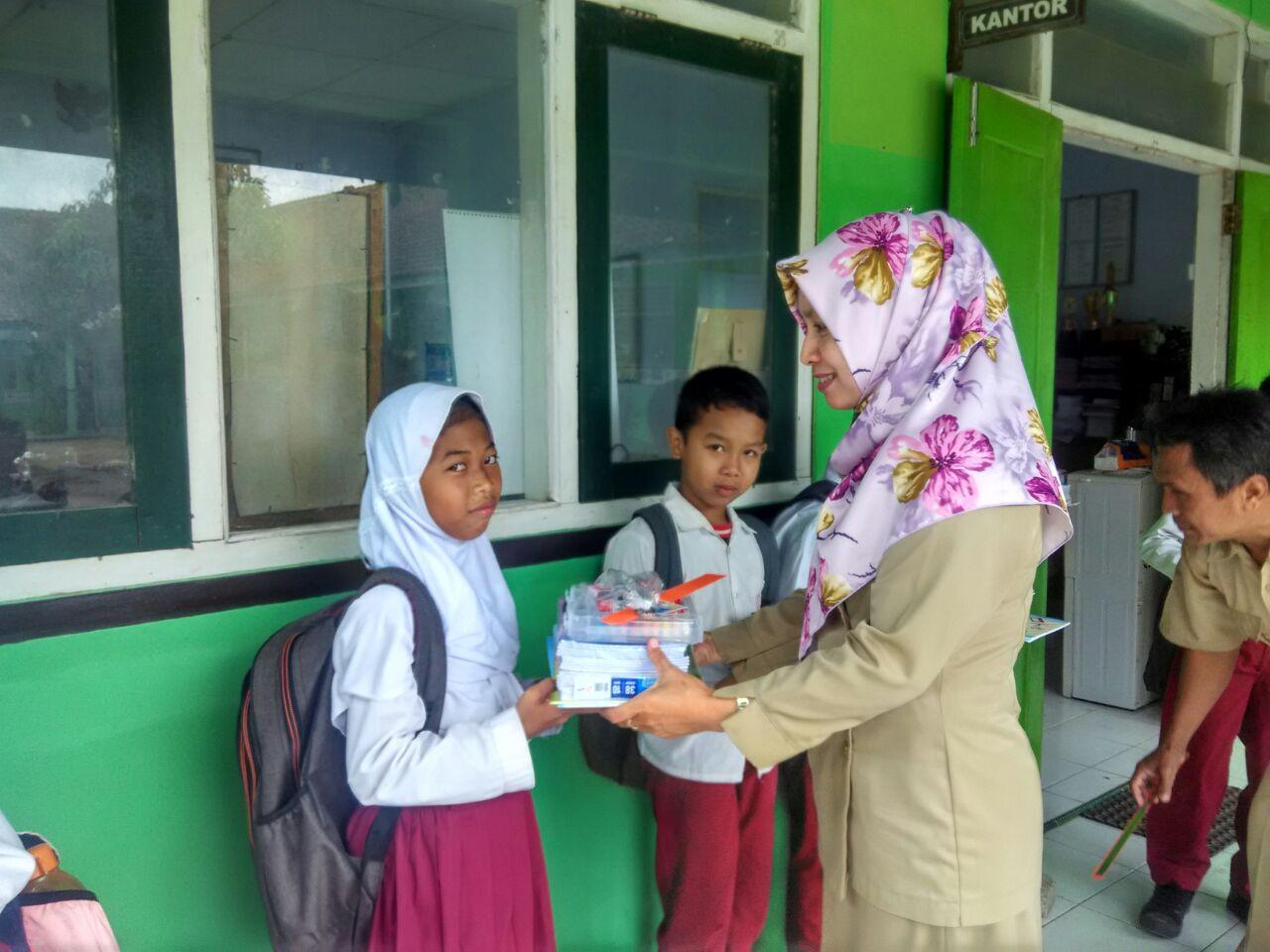 Menerima Bantuan SD Muhammadiyah Bedoyo