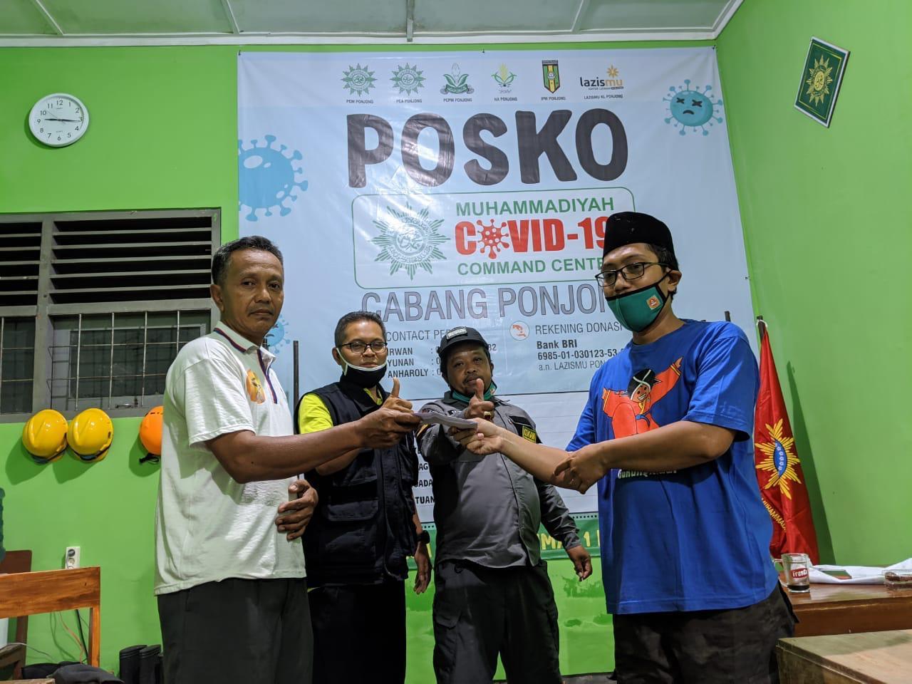 Donasi dari Pak Gandung Pardiman dI terima Ketua MCCC Cabang Ponjong Ustadz Irwan Triyanto