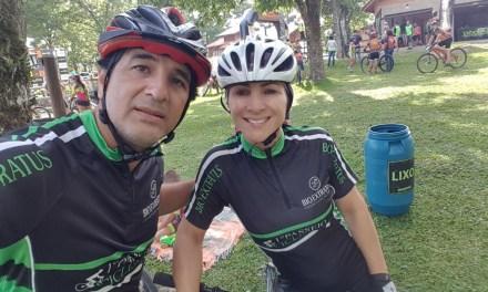 Casal de Camboriú conquista troféus em competição de ciclismo