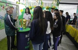 CEM Dona Lili recebe exposição sobre a Copa do Mundo