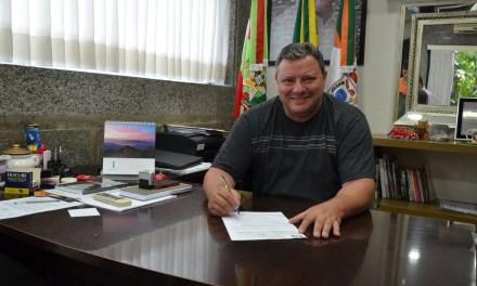Prefeito de Camboriú assina requisição para licitação da pavimentação da rua Santa Madalena