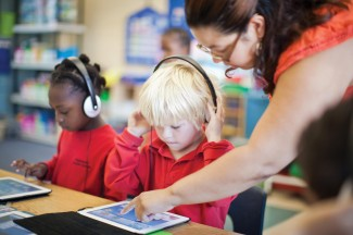 05_16-Digi-bukvar-student-with-ipad-technology-in-the-classroom1