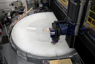 Mašina u Mational Accelerator laboratoriji polira deo buduće teleskopske optike