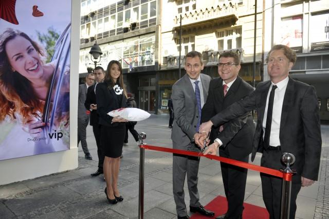 Clanovi UO kompanije Vip na otvaranju Vip centra