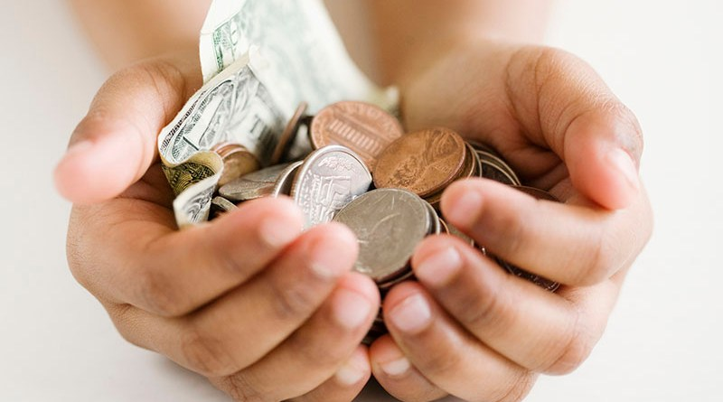 ruka s novcem