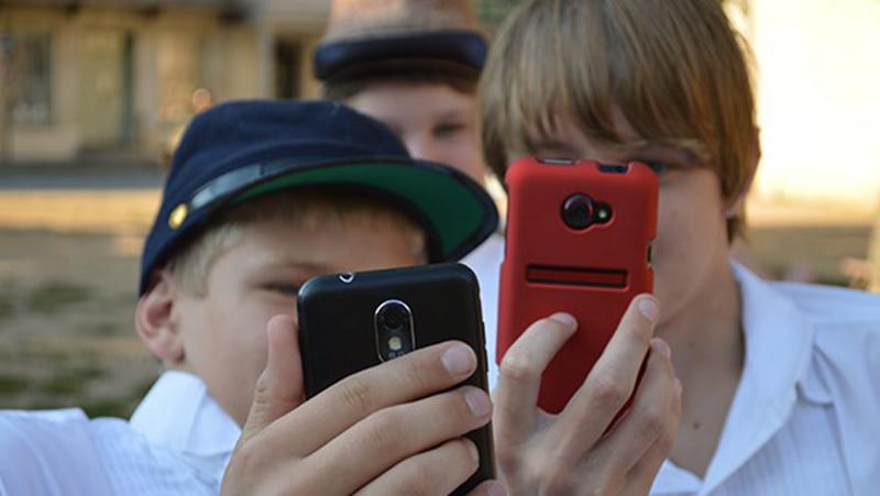 deca gledaju u ekran telefona