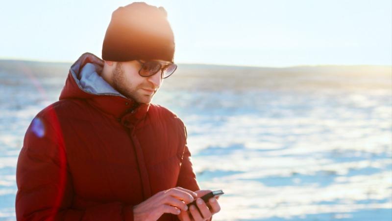 promocije mobilnih operatera čovek telefon sneg