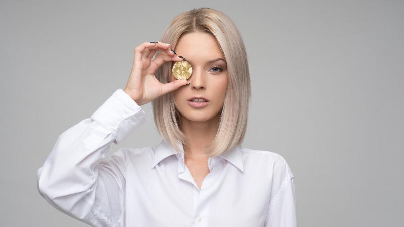 devojka drzi kriptovalutu bitkoin