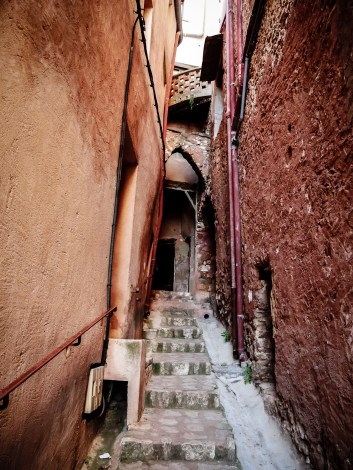 A small staircase-alley in Rousillon. Everything is differen shades of red, due to the ochre!
