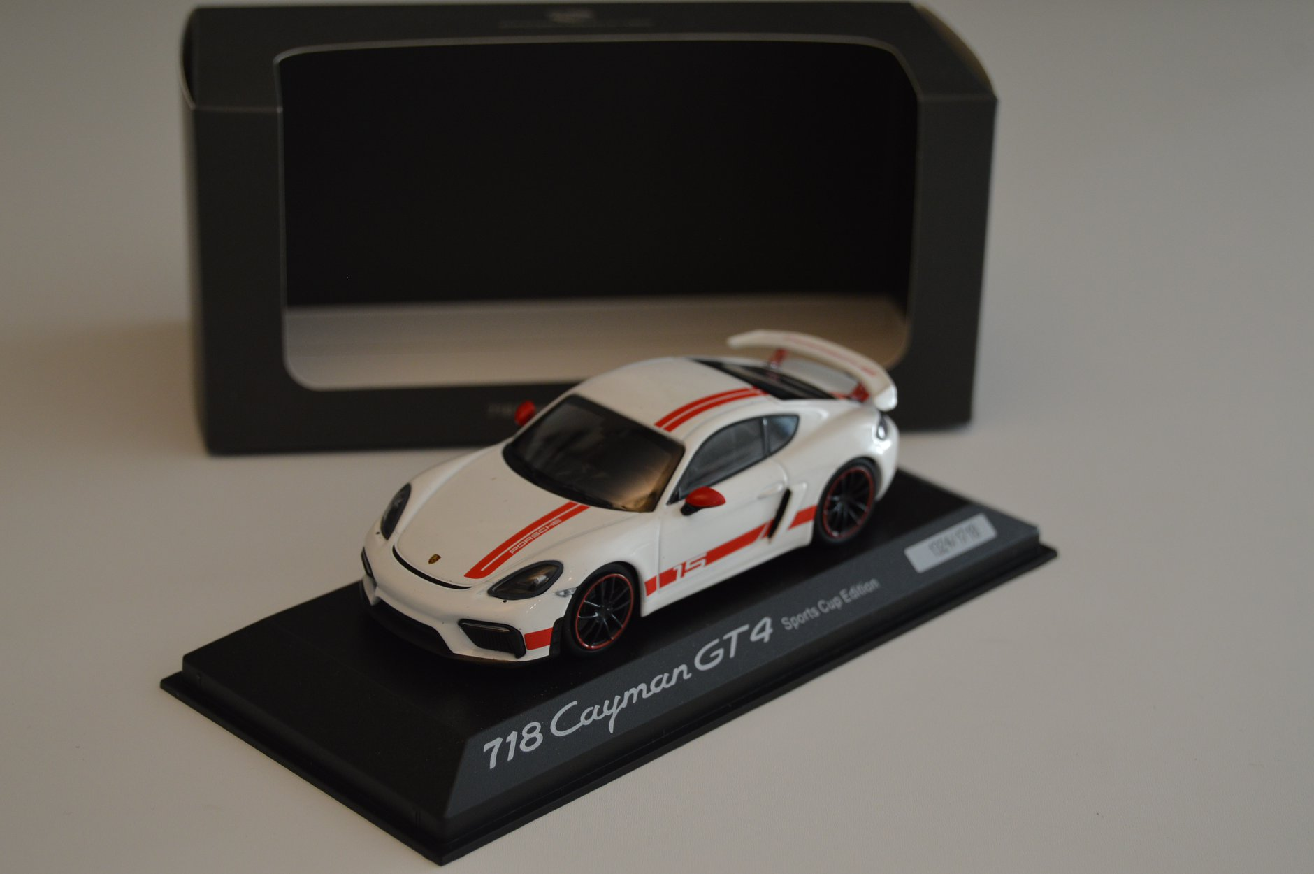 porsche_718_cayman_gt4_sports_cup_edition_minichamps_cote