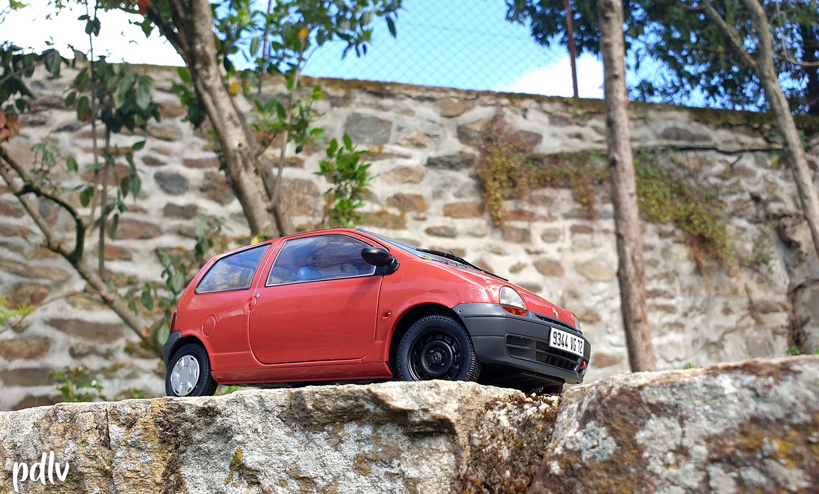 Vue en contre-plongée de la Renault Twingo 1 Solido