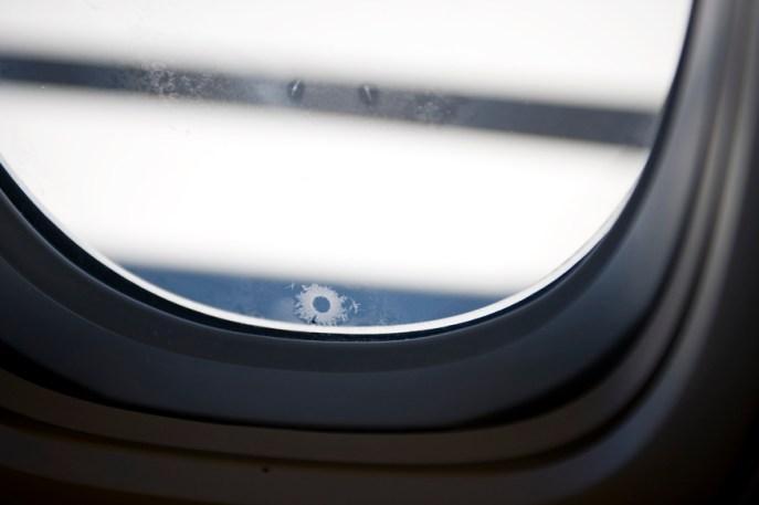 c0191399 19502728 - 飛行機の窓にある小さな穴の正体とは?日常に溢れる5つの疑問