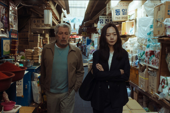 Stephan (Alain Shaba, from left), who came to Korea from'#I Am Here', finds it difficult to find the number of social media friends (Bae Doona).  It also contains the scenery of a narrow street in Seoul.[사진 NEW]