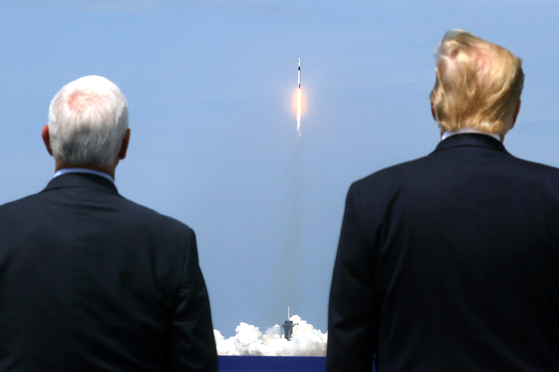US President Donald Trump (right) watches the launch of Crew Dragon with Vice President Mike Pence at the Kennedy Space Center in Florida on May 30 last year. [로이터=연합뉴스]