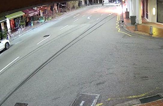 싱가포르의 라 비오는 약혼자를 구하기 위해 불타는 차에 뛰어 들고 있습니다.  Facebook 캡처