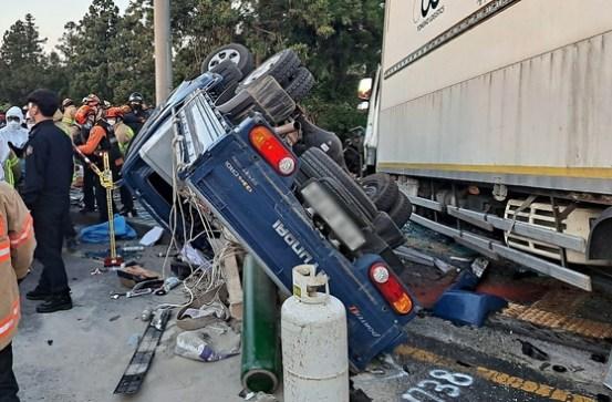 제주도 4.5t 트럭, 버스, 트럭 충돌… 3 명 사망, 50 명 부상