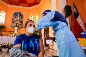 칠레는 인구의 37 %에서 예방 접종을받습니다. 하루에 8,000 명이 확인되는 이유