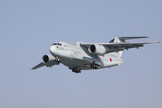 犬山市内でC-2Xの試験飛行に出くわしました。まだ部隊配備されていない、XC-2ですが、現在は、各務原基地でで防衛省の技術研究本部所属で、飛行開発実験団により実用試験及び技術試験が行われています。