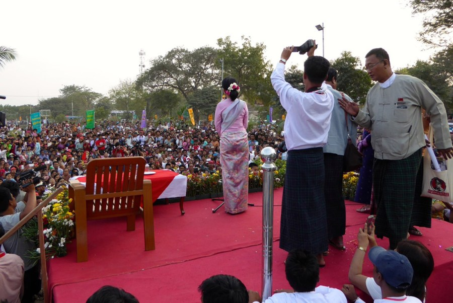 Aung-San-Suu-Kyi_crowd