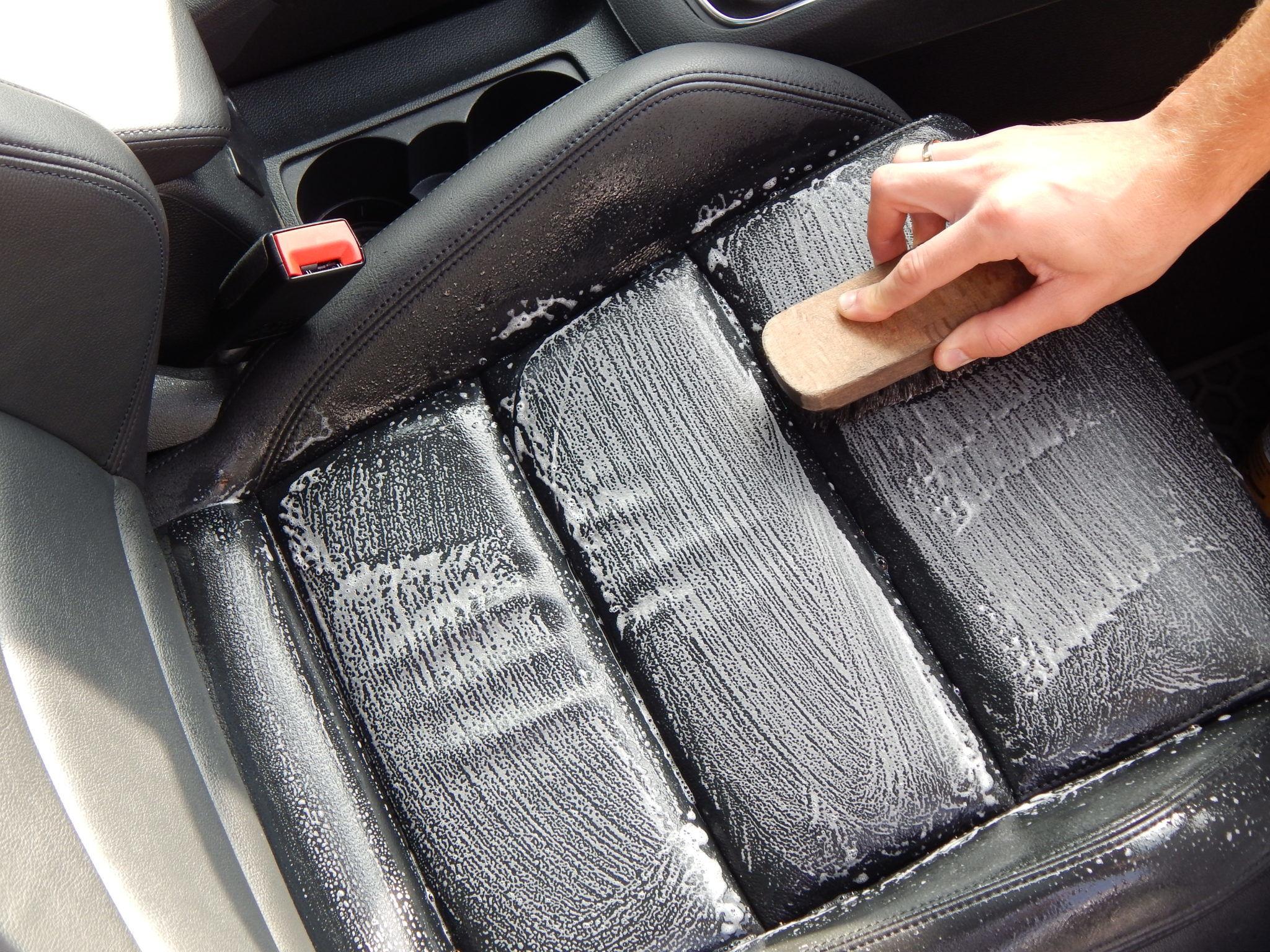 auto interieur leder reinigen