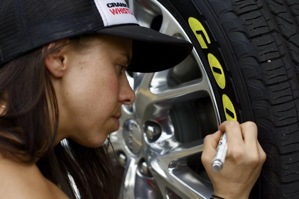 TirePenz aplicado lateralmente em pneu automóvel