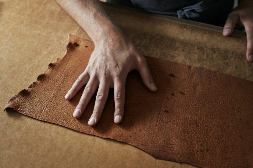 cuero de peccary y un artesano