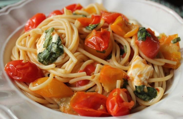 Spaghetti-with-cherry-tomato-sauce-mozzarella-and-basil-4