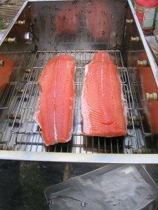 saumon à fumer sur fumoir à froid à l'horizontale