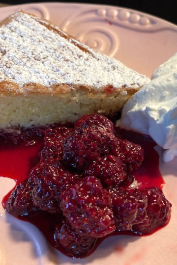 Blackberry cake with blackberry compote