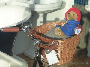 ARH20141101-1553-FT5-2 Bicycle sink in Overton Bathroom Shop (cropped) (resized)