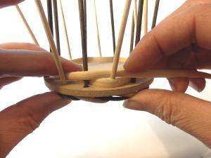 Step12 Runde für Runde abwechselnd vor und hinter den Staken flechten