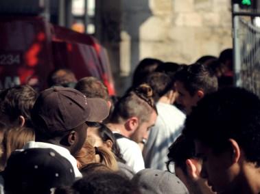 Midi, les festivaliers attendent l'ouverture des portes