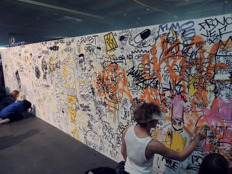 Le mur d'expression, rempli de dessins de Bart Simpson et de petits mots