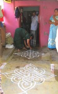 15.1 woman making white pattern