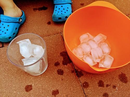 Jugando con hielo en verano siempre es divertido