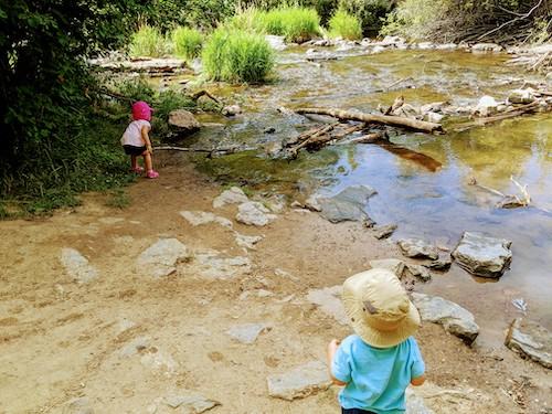 dos niños cerca de un río