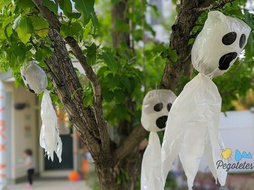Fantasmas en el árbol del porche a la entrada de nuestra casa