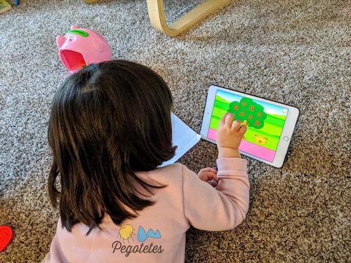 Niña con apps infantiles