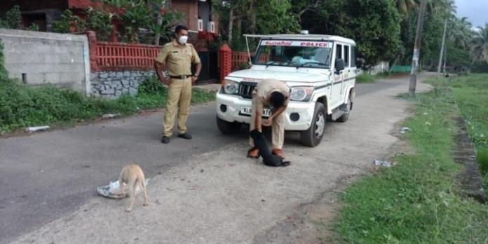 भूखे जानवरो को खाना खिलाता है केरल का यह पुलिसवाला
