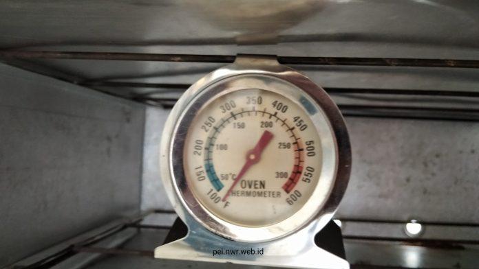 Pemakaian Termometer Oven Digantung di Rak Oven